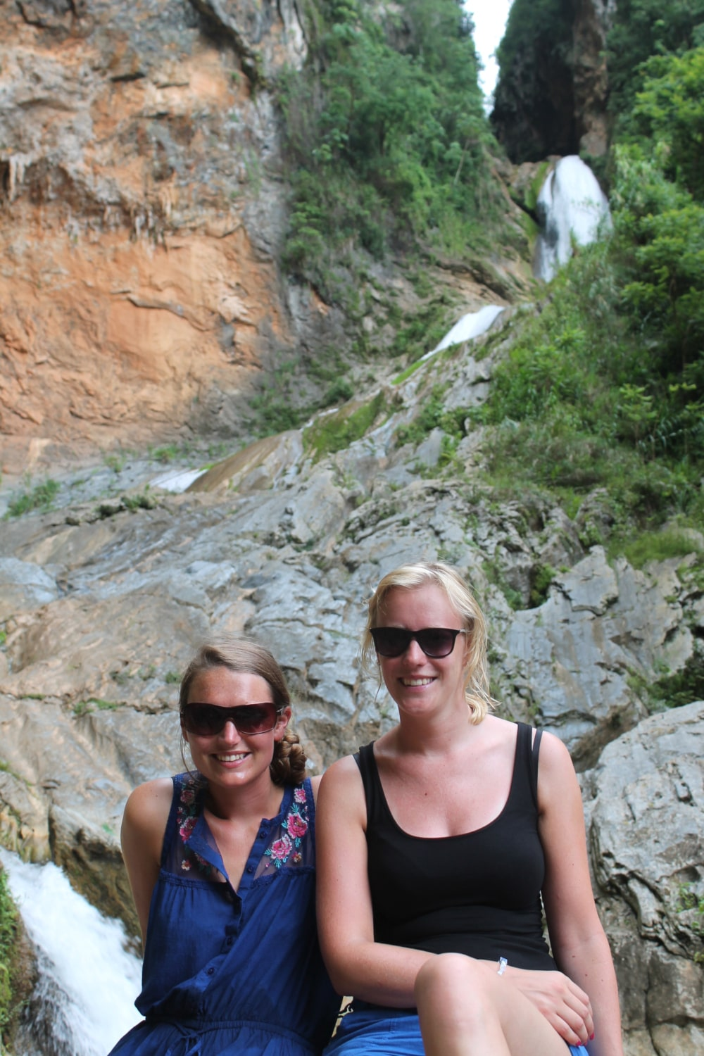 Jess en Co bij een waterval in Topes des Collantes