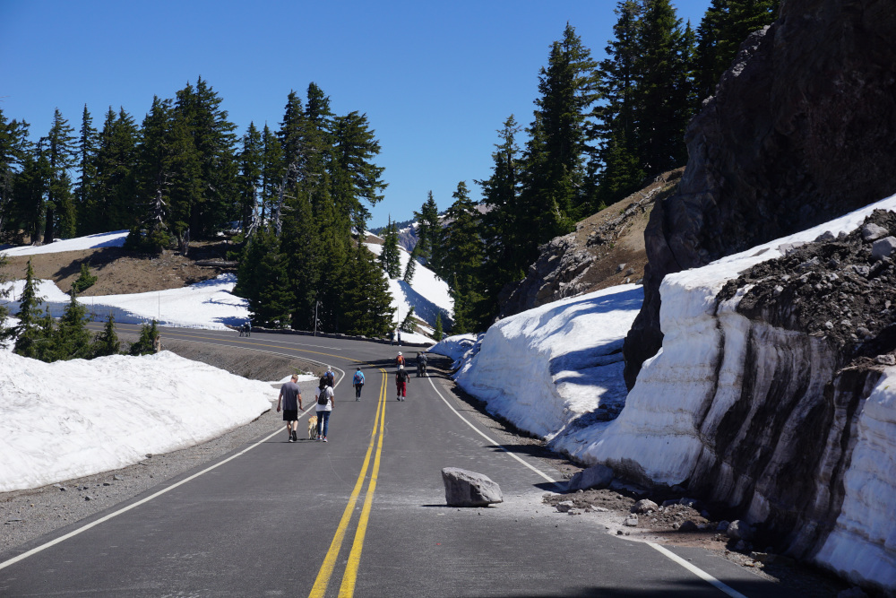 Wandelen over de weg in Crater Lake National Park